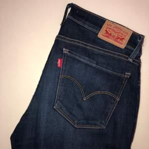 LEVIS JEANS - 701 SUPER SKINNY. Storlek: W30 L32. Färg/tvätt: mörkblå. Jeansen är i ett gott skick och sparsamt använda.