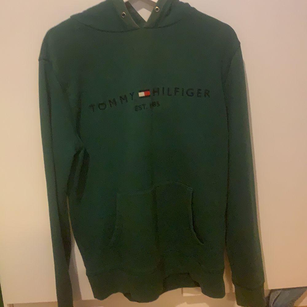 grön tommy hilfiger hoodie. snören saknas men annars bra skick. storlek L så den är oversized på mig som är en s! . Huvtröjor & Träningströjor.