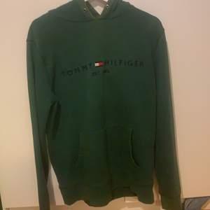 grön tommy hilfiger hoodie. snören saknas men annars bra skick. storlek L så den är oversized på mig som är en s!