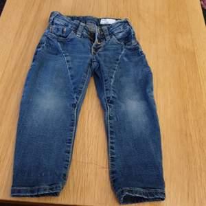 Jeans för pojke i strl 90 lite använd. Märke Happy 157 .60 kr  med frakt inräknat
