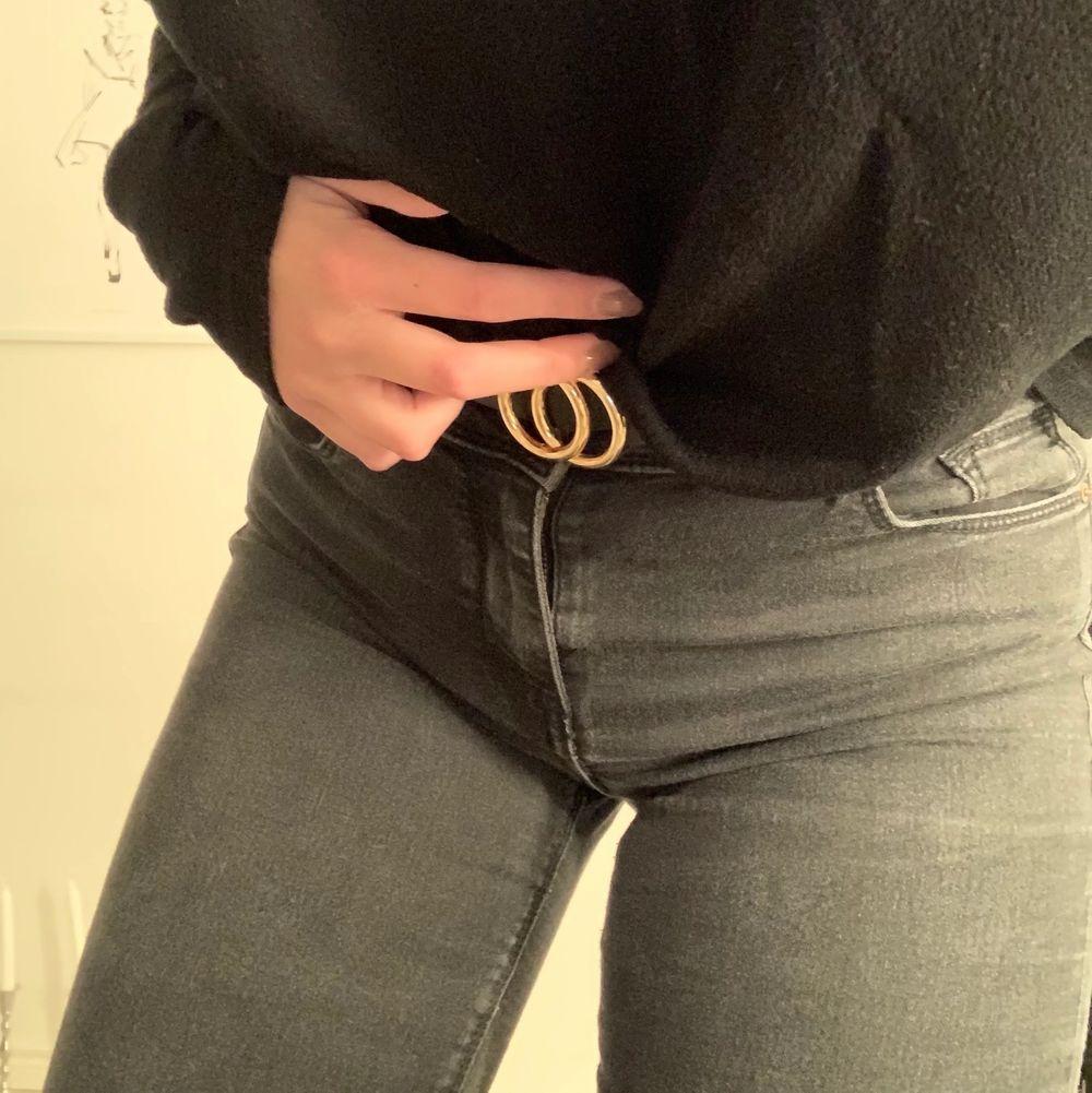 Superfina jeans i strl S. Använda ett fåtal gånger och är i väldigt bra skick!. Jeans & Byxor.