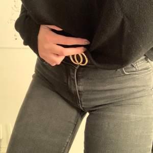 Superfina jeans i strl S. Använda ett fåtal gånger och är i väldigt bra skick!