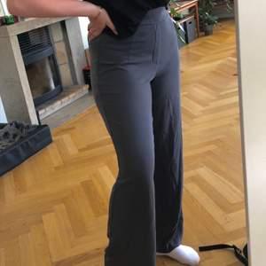 Supersköna och stretchiga byxor från BikBok i storlek L. Har inte använt dem så mycket och dem sitter super på mig som brukar ha 38-40 i byxor och är 169cm :)