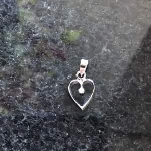Litet hjärta med vit Sten. I skick som nytt. Frakt 11kr