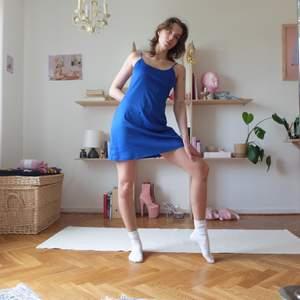 Perfekt kornblå klänning med tunna axelband. Fin som den är eller med tröja under! Kan mötas upp vid stigbergstorget/gbg eller 44kr frakt !