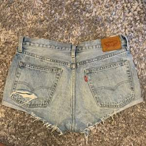 Säljer nu mina fina Levis shorts i världens finaste färg och modell! Säljer då de är för små för mig. Superbra skick. Storlek W25 eller W26, kommer inte ihåg och hittar inte heller storleken på shortsen.