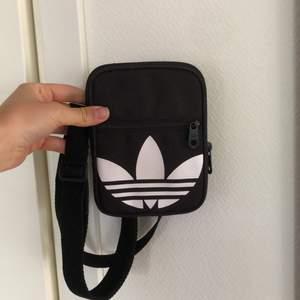 Säljer denna lilla väskan från adidas 🖤 frakt på 56 kronor tillkommer.
