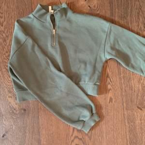 Grön tröja med dragkedja från Nelly.com. Stil S croppad köpare står för ev. frakt