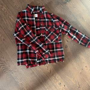 Snygg röd rutig skjorta från zara stl XS.