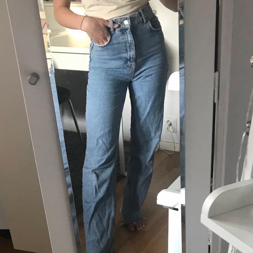 Säljer mina wide jeans från zara i inprincip nyskick, använda ca 5 gånger🧚🏼♀️ säljer då jag inte tycker att modellen  passar på mig men de är supersköna och så snygga, passar till allt. De är helt slutsålda och i storlek 34, möjligtvis lite större. Buda!. Jeans & Byxor.