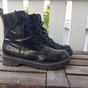 Boots från HM i storlek 38 knappt använda, möts upp i Stockholm