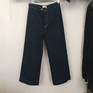 Oanvända högmidjade jeans med vida ben från & other stories i strl 42.                                                                  Möts upp i Sthlm annars står köparen för frakt.