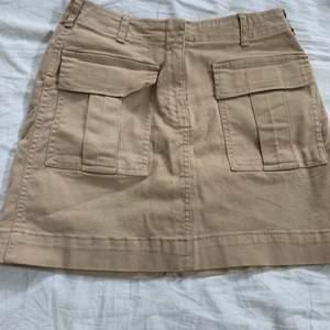 Säljer min kjol från Gina Tricot som är beige med fickor där fram, kjolen är bara använd få gånger