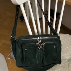 Superfin Nunoo väska i modellen ELLIE (mocka), mellanmodellen. Den är i nyskick, knappt använd. Köptes på Nunoos egna hemsida i höstas. Nypris ligger på 1300kr