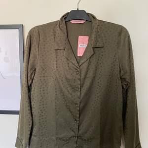 Satin blus från Hunkemöller, aldrig använd, kan användas som pyjamas skjorta men funkar till jeans också, små stjärnor över hela, Köparen står för frakten!💞