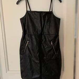 Sprillans ny klänning med lappar kvar från Rebecca Stella i samarbete med Linn Ahlborg. Storlek M i fakeläder