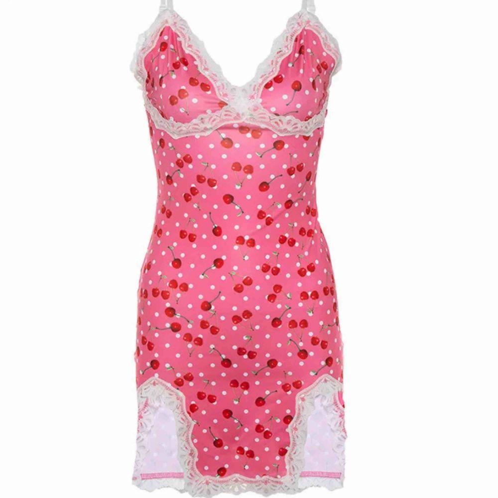 Skiiiit fin klänning som jag måste tyvärr sälja pga att jag använder nästan aldrig den. 🍒🤍 Kunden står för frakten 💞. Klänningar.