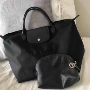 En väska och necessär. Bra skick. Från märket Longchamp.   Nypris väska - 1500kr Nypris necessär - 700kr