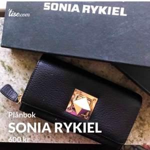Rensar i hemmet och hittar en gammal gåva jag fick för länge sedan. En superfin plånbok av märket SONIA RYKIEL. Aldrig använd och väl förvarad i originalförpackningen.