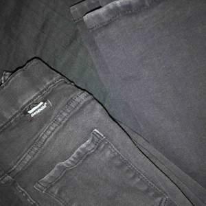 Svarta Dr. Denim byxor i modellen Macy Black Ripped. Inköpta för 499kr Säljer för 230.  !!!Billigare vid snabbköp!!!