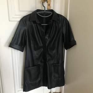 Säljer av någon anledning en av mina snyggaste klänningar. Den är skitsnygg i skinn med stora fickor, från Zara, finns inte kvar i butik. Ganska kort är den också, skitsnygg till hösten🖤
