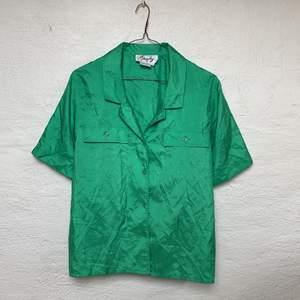 Asball, lite oversized grön skjorta köpt här på Plick. Säljes då den tyvärr inte kommit till användning. Tredje bilden visar färgen bäst💫