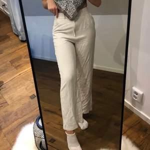 Ny inköpta vita byxor från Gina tricot.(första bilden lånad) Super fina o sköna byxor men kände att dom inte passade så bra. Har tvättat dom. Storlek 32 men passar större storlekar som 34. Jag är 170 lång o sitter lite över anklarna. Pris kan diskuteras 💞