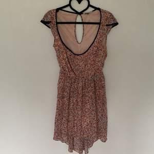 Lätt luftig klänning lite längre baktill och stor urringning
