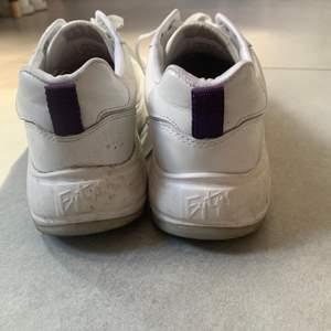 Eytys skor som jag inte ens försökt putsa upp, väldigt snygga och passar till nästan vad som helst🕺🏼🕺🏼  Inte använda många gånger, däremot i regnet någon gång och det är därför de ser ut som de gör just nu.