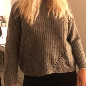 Grå stickad tröja från lager 157. Bra skick, skön och aldrig använd. (Frakt ingår ej)
