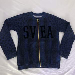 Fin mörkblå tröja från Svea. Storlek XS och endast provad.