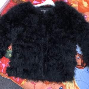 En snygg pälsjacka som är varm och skön, använd få gånger.
