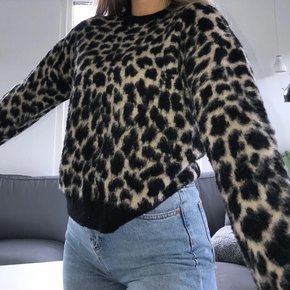 Stickad tröja i leopard från nakd i storlek XS men skulle defenitivt säga att den passar även S🥰 100kr + frakt. Stickat.