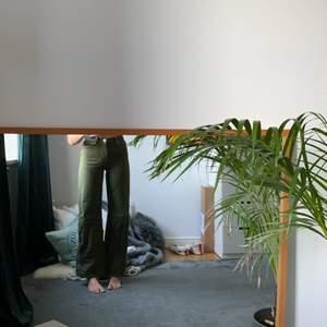 Mörkgröna jeans från monki med vit söm. 🌴