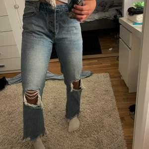 Nya och nästan oanvända jeans från Boohoo, lågmidjade i tjockt material. 200kr