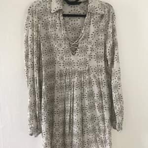 Fin bohemisk klänning från ZARA i fint skick! Passar en S- liten M. Frakt ingår