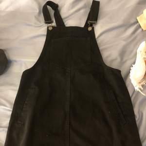 En super snygg hängsel kjol/klänning i svart från pull&bear. Säljs pga för liten.