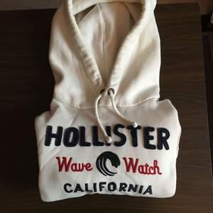 Hollister Hoodie (Nypris 600kr) Använd 3-5 gånger, mest legat i garderoben. I princip helt nytt tillstånd  Möjlighet för meetup i Stockholm och kan skickas på köparens bekostnad. Om mer bilder önskas skicka ett PM :)
