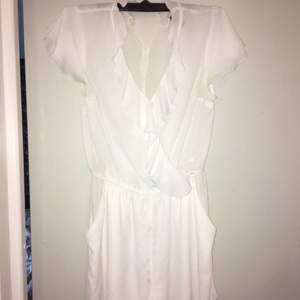 Jättefin vit somrig jumpsuit med knapp vid urringningen. Säljes pga för liten, köparen står för frakt