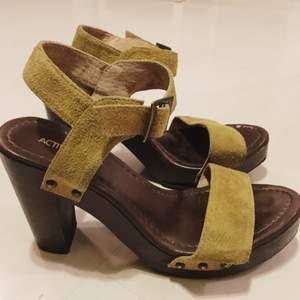 Höga sandaler med gröna mocka-liknande remmar köpta på Ellos för ett par år sedan. Använda ett fåtal gånger. Fint skick!