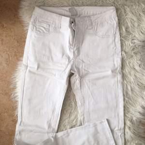 Vita ganska stretchiga jeans i storlek M. Nästan bara legat i garderoben så de är i gott skick. Köpta på Vila