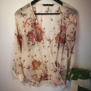 Beautifully falling sheer blouse, suitable for a more celebratiry event or worn casually. It is comfortable and has a gorgeous romantic print on it. The item is made in Morocco.