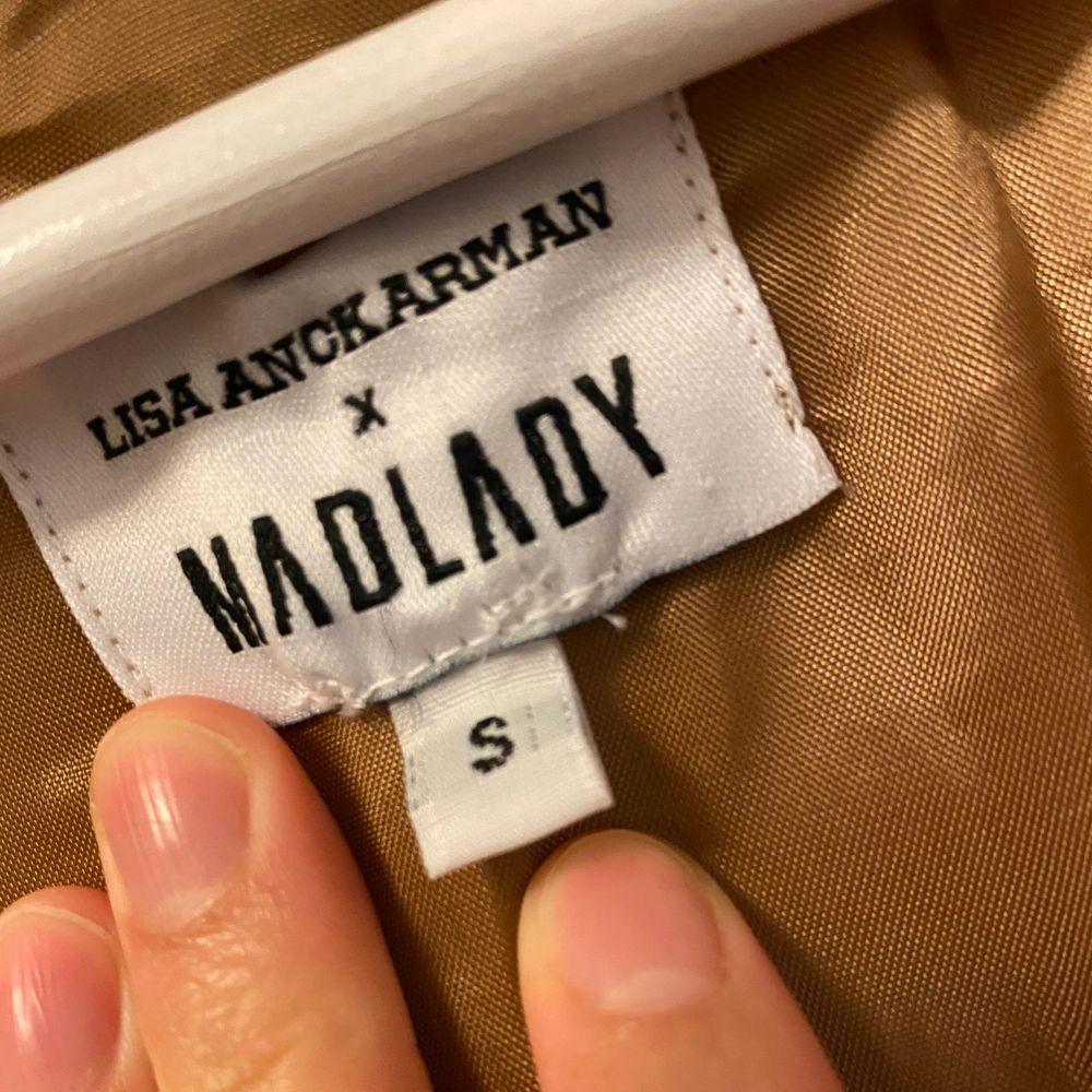 Aldrig använd. Jättefint skick, endast hängt i garderoben. Den är lite oversize på mig och jag är S, men den ska vara så. Frakt tillkommer!. Tröjor & Koftor.