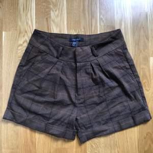 Bruna rutiga shorts från Sara Kelly. Storlek 36. Använda endast en gång.