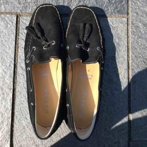 Jättefina svarta mocka skor som är knappt använda. Inget är slitet eller förstört , prislappen är kvar. Original pris 150 euro