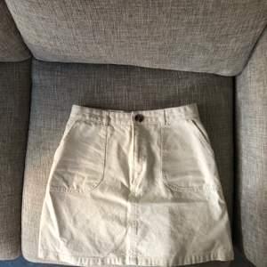 Ljus beige/off white kjol från monki. Storlek 38 men skulle säga att den är 36/38 ungefär! Frakt ingår