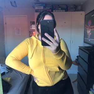 Ett gult sett från Cubus, hoodie och byxor säljer även med ett par svarta mjukisbyxor som också är från cubus. Hoodien: strl M Båda mjukisbyxor: strl M