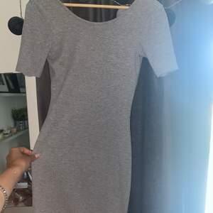 Grå figurnära klänning. Storlek xs