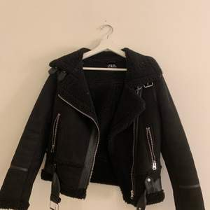 Säljer denna jacka som jag köpte i vintras, släjer den pga att den inte är min stil, köpt för 800kr, nästan helt oanvänd, storlek XS men är oversized
