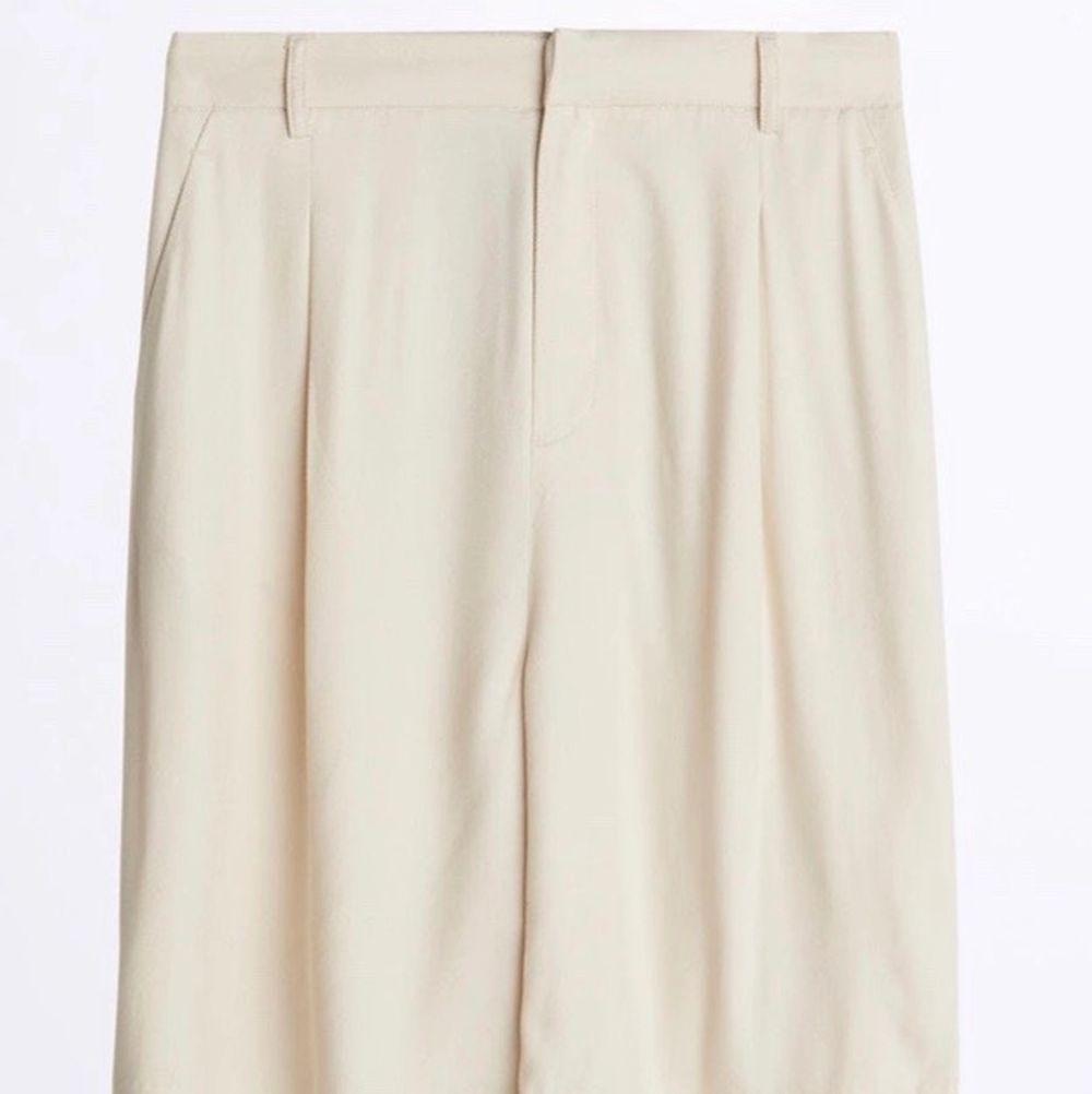 Säljer mina fina beigea kostym-shorts från Gina för att dom inte kommer till användning. Använda ca 3 gånger.. Shorts.